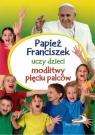 Papież Franciszek uczy dzieci modlitwy pięciu palców Wilk Małgorzata