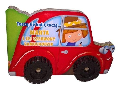 Toczą się koła Marta i jej czerwony samochodzik