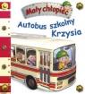 Mały chłopiec. Autobus szkolny Krzysia
