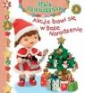 Alicja bawi się w Boże Narodzenie Mała dziewczynka