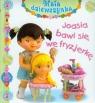 Joasia bawi się we fryzjerkę Mała dziewczynka Emilie Beaumont, Nathalie Belineau, Christelle Mekdjian