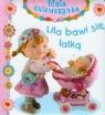 Lila bawi się lalką Mała dziewczynka Emilie Beaumont, Nathalie Belineau, Christelle Mekdjian