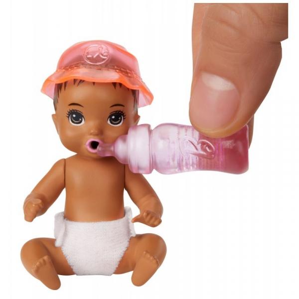 Barbie Skipper - Lalka dziecko zmieniające kolor z akcesoriami do karmienia i przewijania (GHV83/GHV86)