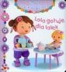 Lola gotuje dla lalek Mała dziewczynka