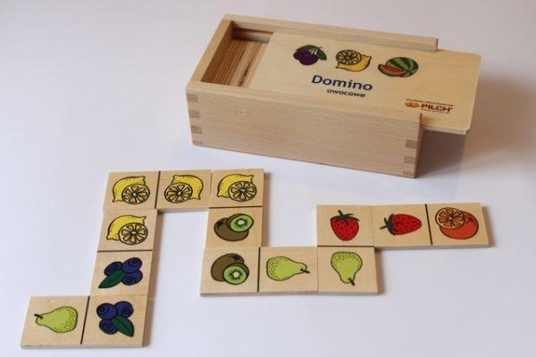 Domino owoce w skrzynce drewnianej