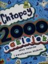Chłopcy 2000 naklejek oraz twórcze i zwariowane zadania