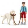Spacer z psem rasy labrador retriever - Schleich (42478)