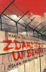 Zdarzyło się w Berlinie Polak patrzy na mur Orzechowski Marek